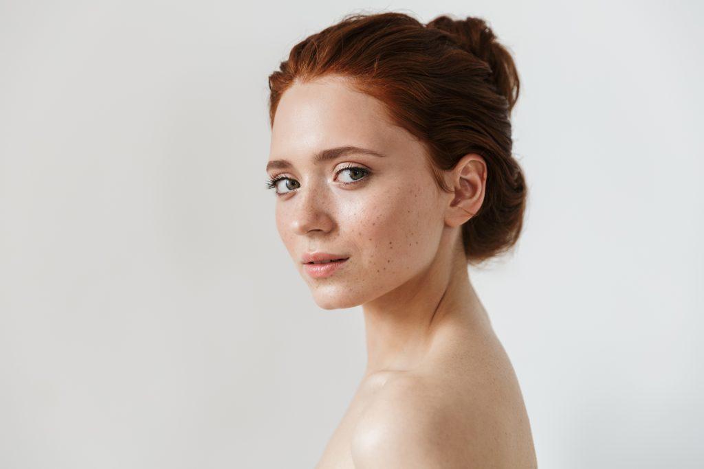 Mulher com uma pele bonita e natural